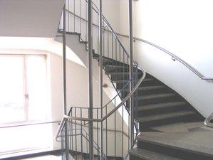 Arbeitskammer Saarbrücken - Füllstabgeländer mit Edelstahlhandlauf im oval gewendelten Treppenhaus